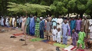Prière devant la Grande mosquée de Bamako, fête de l'Aïd (illustration).
