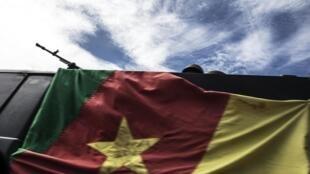 Une camionnette blindée de l'armée camerounaise en route pour sécuriser le périmètre d'un bureau de vote à Lysoka, près de Buea, dans le sud-ouest du Cameroun, le 07 octobre 2018 lors de l'élection présidentielle (Illustration)