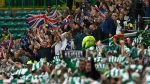 Des supporters des Rangers (en haut) et du Celtic (en bas), le 2 septembre 2018 à Glasgow.