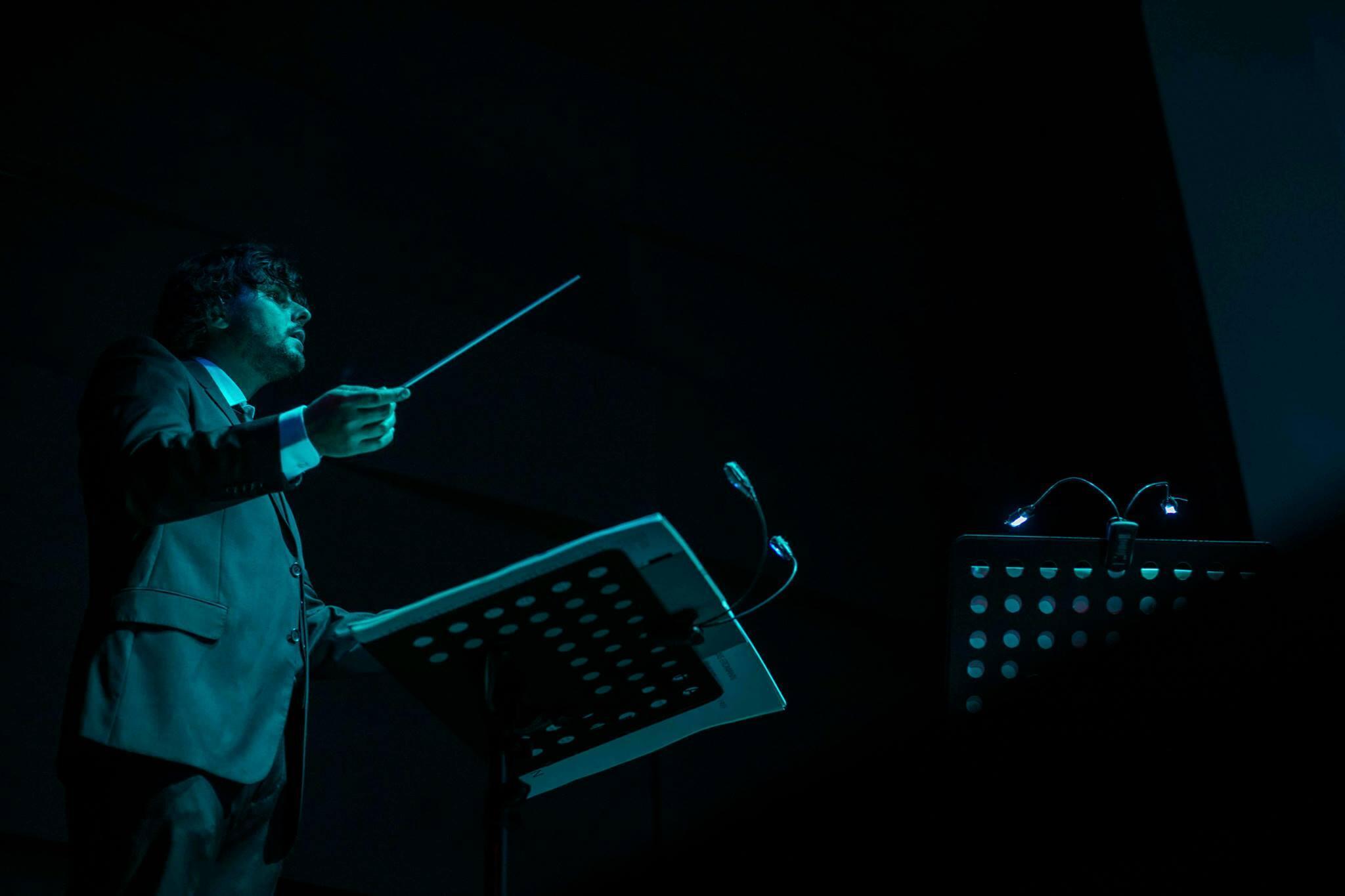 O maestro Marcelo Falcão regendo durante a exibição de Nosferatu.