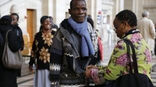 Dahou Koulai Jacques (C) le frère  de Firmin Mahé à la cour d'assises de Paris, le 4 décembre 2012.