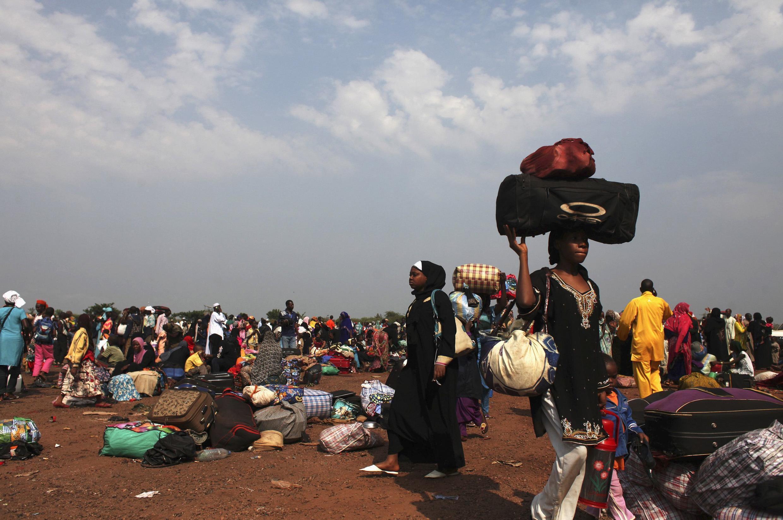 Des Tchadiens qui attendent d'être évacués vers leur pays, à l'aéroport de Bangui, le 28 décembre 2013.