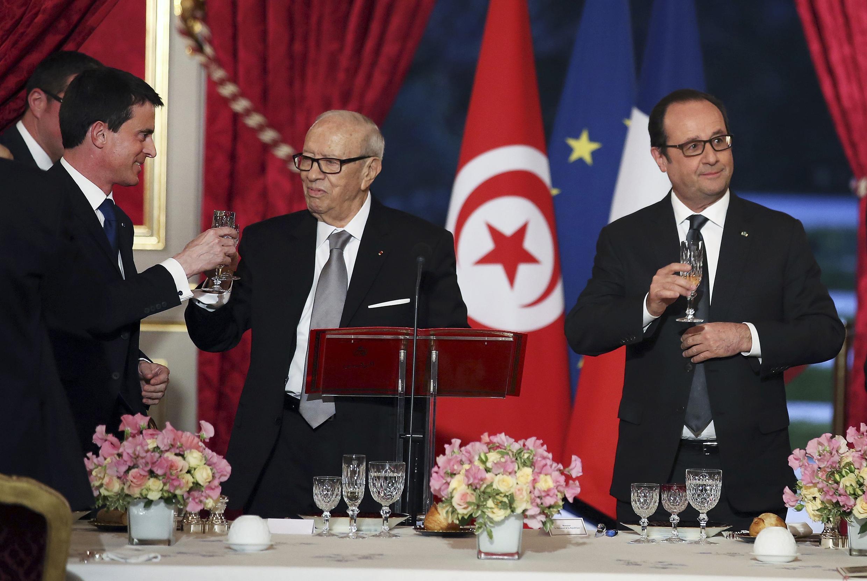Dîner officiel à l'Elysée mardi soir pour les présidents français et tunisien, François Hollande et Béji Caïd Essebsi et le Premier ministre Manuel Valls.