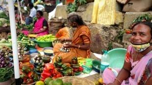 Au marché de Bangalore, beaucoup portent le masque au-dessous du nez, voire pas du tout.