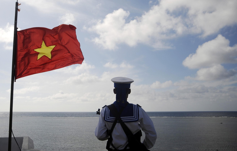 Một người lính hải quân Việt Nam canh gác trên đảo Thuyền Chài, thuộc quần đảo Trường Sa. Ảnh chụp ngày 17/01/2013.