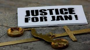 """Плакат """"Правосудие для Яна"""" - лозунг манифестаций с требованием найти и наказать убийц журналиста Яна Куцьяка"""
