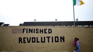 Pichação em muro de Londonderry evidencia tensão sobre o nacionalismo irlandês.