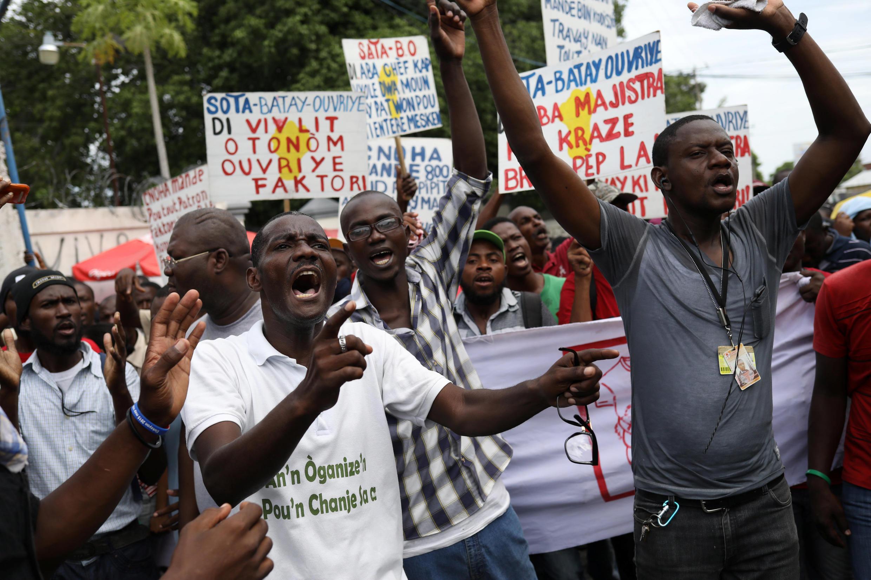 Ici, manifestation d'ouvriers du textile dans les rues de Port-au-Prince, pour une augmentation de salaire. Photo datée du 26 juin 2017.