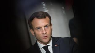 El presidente francés Emmanuel Macron pronuncia un discurso al final de una visita a la fábrica de máscaras faciales protectoras Kolmi-Hopen en Saint-Barthelemy-d'Anjou, cerca de Angers, en el centro de Francia, el 31 de marzo de 2020, en medio de la pandemia de coronavirus.