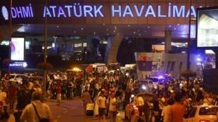 Cientos de personas abandonan el aerpuerto Atatürk de Estambul tras el atentado, el 28 de junio de 2016.