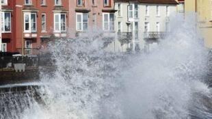 La tempête déchaîne la mer à Dawlish, dans le sud-ouest de l'Angleterre, le 8 février 2014.