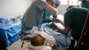 Intervention chirurgicale sur un enfant à l'hôpital de Léogane en Haïti. Selon le docteur Benoît Gallet de l'association Tulipe, il y a «énormément de reprises d'intervention à faire... et des gros pansements qui nécessitent une anesthésie».