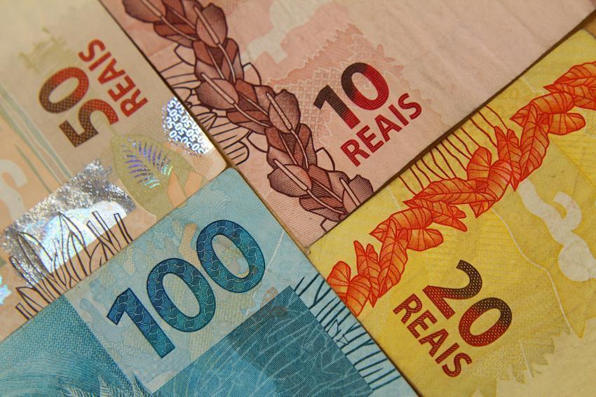 O PIB brasileiro registrou uma contração total de 2,5% nos últimos quatro trimestres.