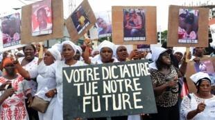 Plusieurs centaines de femmes défilent à l'appel du FNDC à Conakry, en Guinée, le 23 octobre 2019.