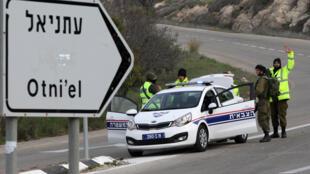 Une voiture de police israélienne à l'entrée de la colonie d'Otniel (image d'illustration).