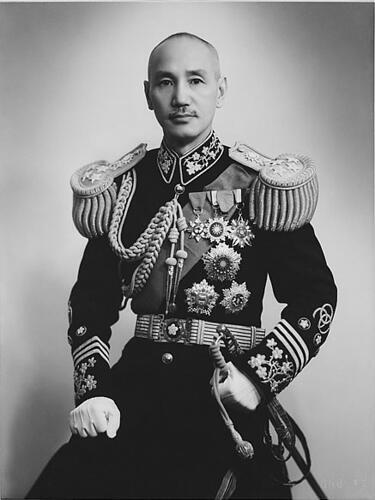លោក ចាង កាយចៀក (Chiang Kai-Shek) មេដឹកនាំគណបក្សគួមីនតាងបន្តពីលោកស៊ុន យ៉ាតសេន