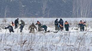 Сотрудники МЧС на месте крушения Ан-148 «Саратовских авиалиний» в Подмосковье