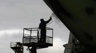 Ảnh minh họa : Một nhân công Bắc Triều Tiên tại công trường đóng tàu Gdynia, Ba Lan. Ảnh tháng 8/2009.