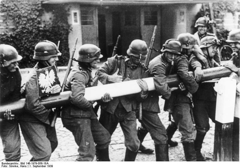 Des soldats allemands repoussent la barrière frontière avec la Pologne, le 1er septembre 1939.