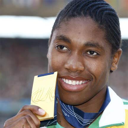 La Sud-Africaine Caster Semenya reçoit sa médaille d'or, au lendemain de sa victoire sur 800m. Pour la préserver des polémiques sur son identité sexuelle.