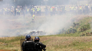 Des affrontements entre manifestants et gendarmes ont eu lieu mercredi à La Réunion à proximité du dépôt prétrolier du port d'où avaient été délogés les «gilets jaunes».