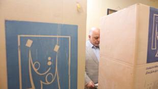 Le Premier ministre irakien haider al-Abadi vote dans un bureau de Bagdad, le 12 mai 2018.