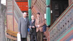 Петр Михайлов (справа), философ Сергей Хоружий и историк философии Анатолий Черняев на Сергиевском подворье в Париже