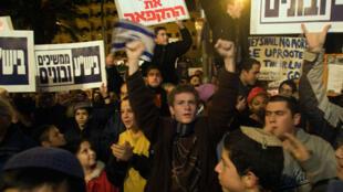 Des israéliens occupent la rue à Jérusalem pour exprimer leur désaprobation.