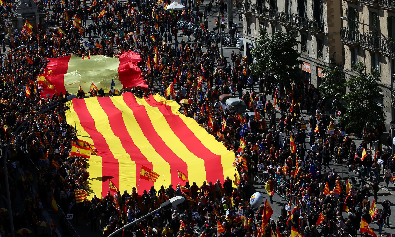 Hàng ngàn người chống Catalunya độc lập biểu tình ngày 18/03/2018 trên đường phố Barcelona (Tây Ban Nha).