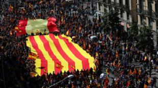 Milhares de pessoas marcharam contra a independência da Catalunha em Barcelona neste domingo, 18 de março de 2018.