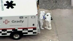 Bác sĩ Kent Brantly được xe cấp cứu chuyển đến bệnh viện của trường đại học Emory tại Atlanta. Ảnh ngày 02/08/2014.