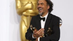 """El director de cine mexicano Alejandro González Iñárritu con sus tres Oscar por la película """"Birdman"""", Hollywood, California, 22 de febrero de 2015."""