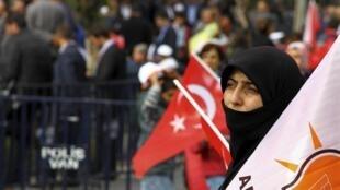 Une militante de l'AKP lors du meeting organisé le 29 octobre 2015 par le parti au pouvoir à Diyarbakir en Turquie (illustration).