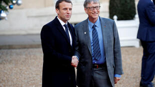 法國總統馬克龍與微軟創始人比爾·蓋茨在巴黎一個地球峰會上,2017年12月10日。