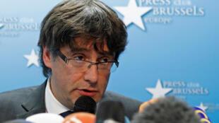 O Presidente destituído do governo regional da Catalunha, Carles Puigdemont, é alvo de um mandado de captura Europeu.