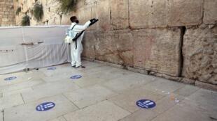 Désinfection du site de prière le plus sacré du judaïsme avant le Nouvel An juif, le 16 septembre 2020, à Jérusalem.
