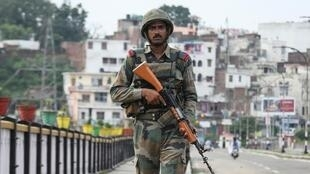 Солдат индийской армии патрулирует Кашмир, 5 августа 2019.