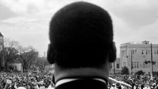 Martin Luther King (de dos) à Montgomery, le 25 mars 1965.