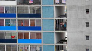 Quelques affiches de candidats et une poignée de curieux au balcon pour suivre le dernier meeting de campagne du président Maduro le 17 mai à Caracas.