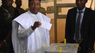 Le vote de Mahamadou Issoufou, candidat à sa propre réélection, le 20 mars 2016, à Niamey.