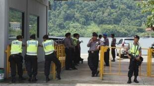 Indonesia : Tăng cường an ninh ở bến phà  đến  Nusa Kambangan, nơi giam giữa 5 tử tù bị xử bắn ngày 18/01/2015. Ảnh chụp 17/01/2015.