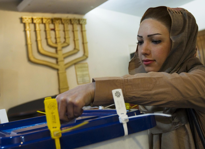 Mulher iraniana votando nesta sexta-feira, em Teerã.