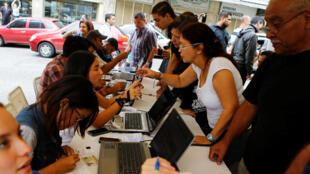 Cử tri làm thủ tục chứng thực chữ ký trong cuộc bỏ phiếu yêu cầu trưng cầu dân ý, Caracas, ngày 20/06/2016.