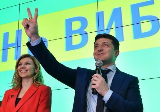 Diễn viên hài, ứng viên tổng thống Ukraina Volodymyr Zelensky (P) phát biểu sau khi có kết quả kiểm phiếu sơ bộ vòng một, Kiev, ngày 31/03/2019