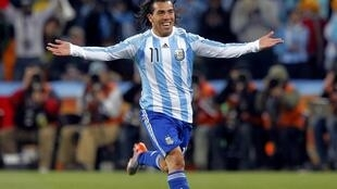 Carlitos Tévez festeja el segundo gol de Argentina. Antes había convertido el primer, de cabeza y en claro off side.