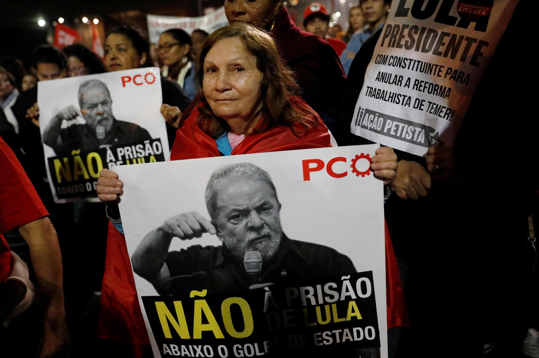Centenas de pessoas foram à Avenida Paulista para expressar apoio ao ex-presidente.