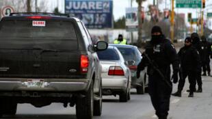 La police inspecte toutes les voitures aux allures suspectes, aux vitres teintées, aux pneus trop larges dans les rues de Ciudad Juarez au Mexique.