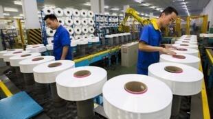 蘇州一家紡織廠正在工作的工人, 2015. 6 13