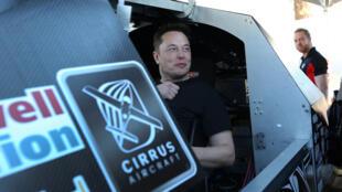 Elon Musk (photo) a annoncé que sa société enverrait deux  personnes  voyager quelques jours autour de la Lune.