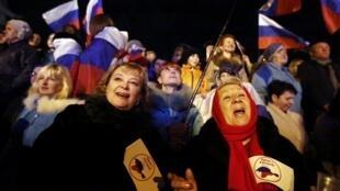 Milhares de ucranianos pró-russos celebram na capital Simferopol a vitória da anexação da Crimeia à Rússia, em 16 de março de 2014.
